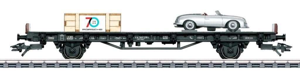 """Märklin 45051 - Il primo vagone della serie """"70 anni di auto sportive Porsche"""" trasporta la mitica Porsche Numero 1."""