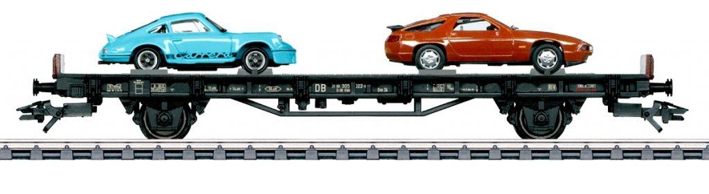 """Märklin 45054 - Vagone anni '70 della serie """"70 anni di auto sportive Porsche"""", con la Porsche 928 a motore anteriore e la Porsche 911 RS 2.7 (quella azzurra)."""