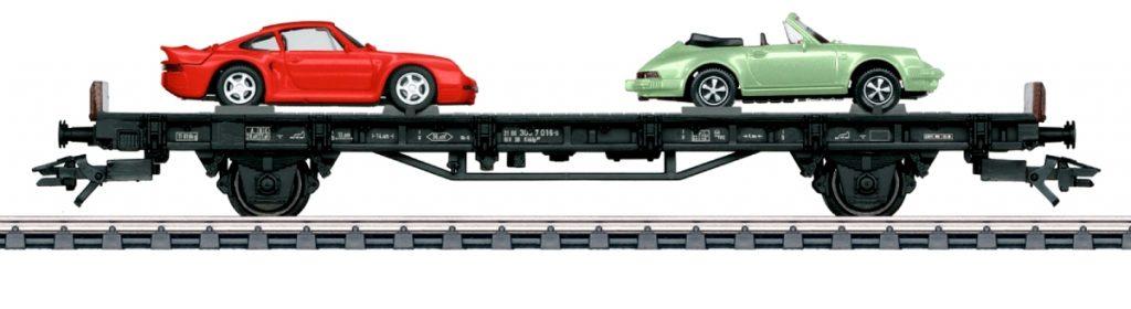 """Märklin 45055 - """"70 anni di auto sportive Porsche"""" - Il vagone anni '80 presenta la Porsche 911 SC Cabrio e la Porsche 959, col suo caratteristico alettone."""