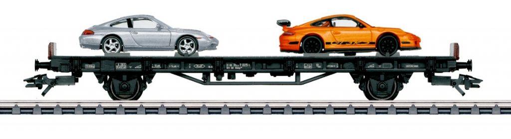 """Märklin 45057 - """"70 anni di auto sportive Porsche"""" - Il vagone dedicato all'inizio millennio. Trasporta la 996 4S e la 997 GT3 RS."""