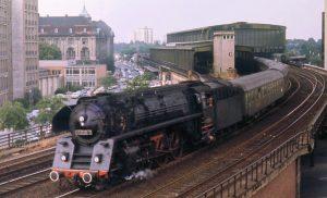 La DR Gruppo 01.5 in uscita dalla stazione berlinese di Zoologischer Garten nell'estate del 1973.