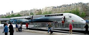 E naturalmente, parcheggiato davanti alla Tour Eiffel: ecco il trionfo del TGV Duplex V150.